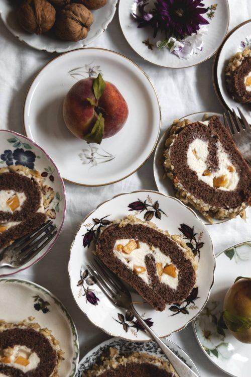 Brazo de gitano de nueces y crema de chocolate blanco y melocotón
