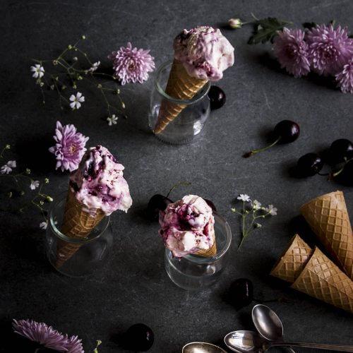 helado de cheesecake con cerezas