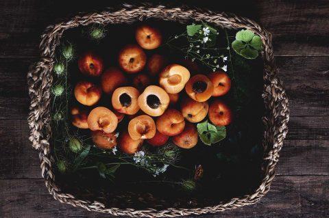 fotografía de albaricoques en cesta
