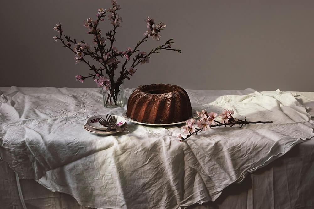 fotografia de bundt cake de cerveza negra y cacao