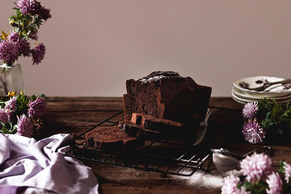 fotografia de plum cake de chocolate