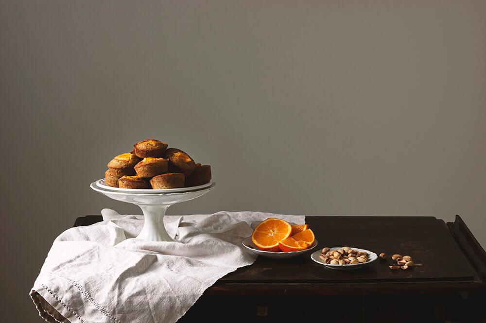 fotografia de friands de pistacho y naranja
