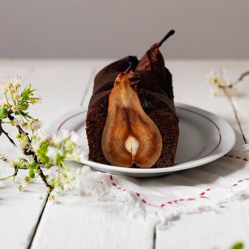 Plum cake de chocolate con peras enteras