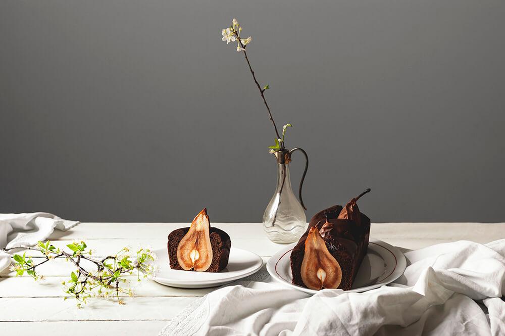 fotografia de plum cake de chocolate con peras enteras