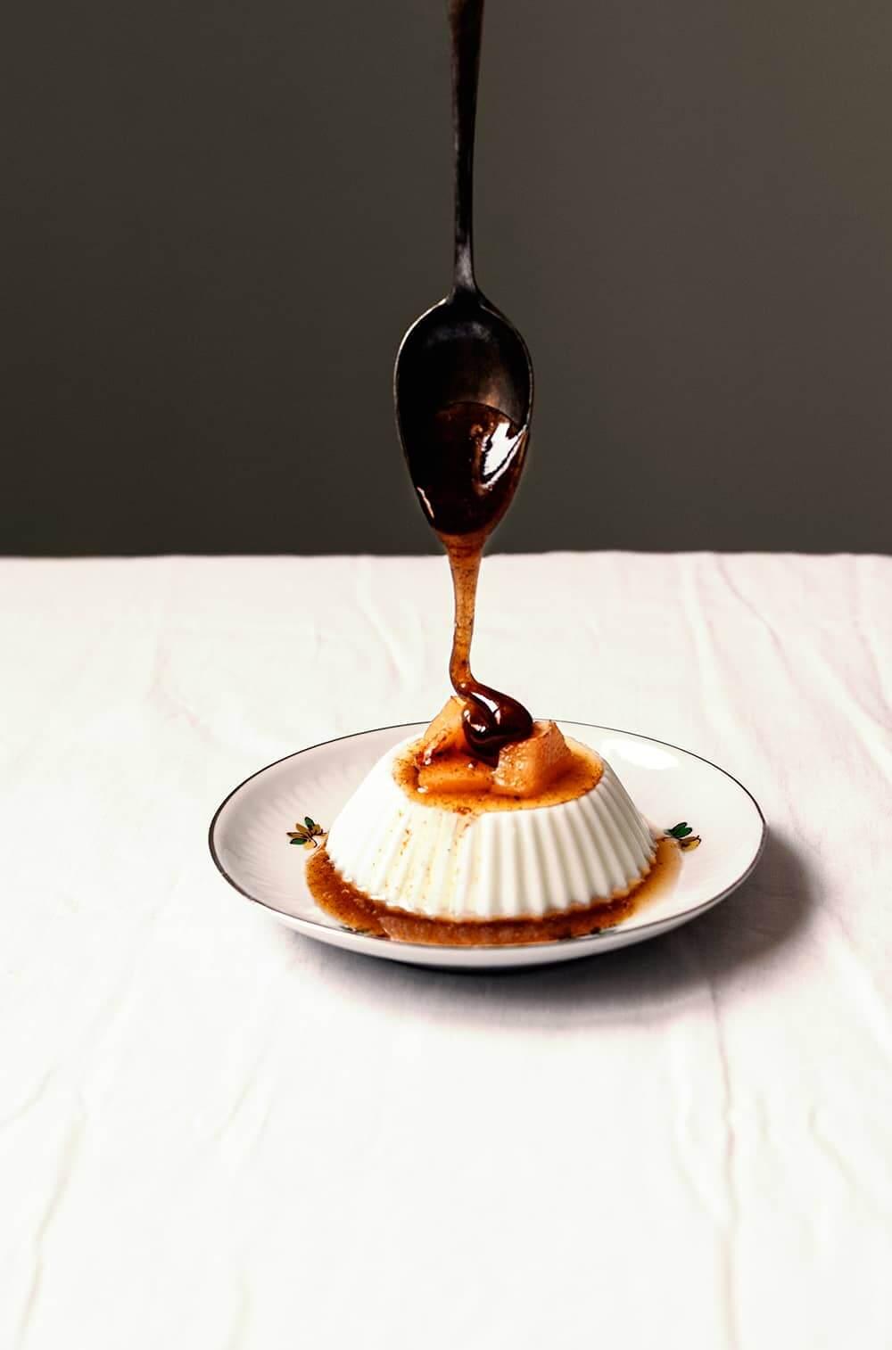 Panna Cotta de yogur con nísperos y miel
