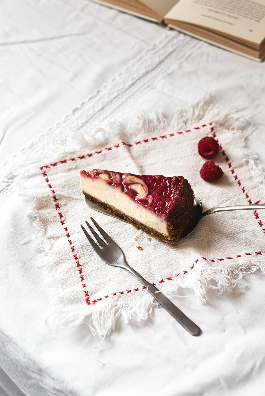 Tarta de queso con remolinos de frambuesa
